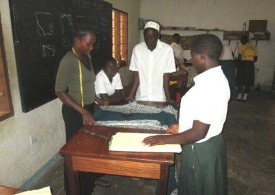 Lehrer mit zwei Schülern