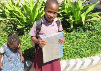 Schülerin mit Zeugnis